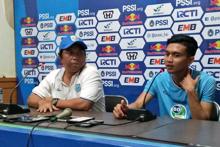 Asisten pelatih Danur Dara dan penyerang Dendy Sulistyawan seusai memperkuat Persela Lamongan mengalahkan Persekaba Badung, 21 Desember 2018.