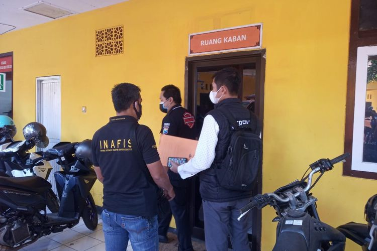 Polisi saat melakukan penggeleeahan  di kantor BPBD Jember terkait dugaan penyalahgunaan anggaran Covid-19