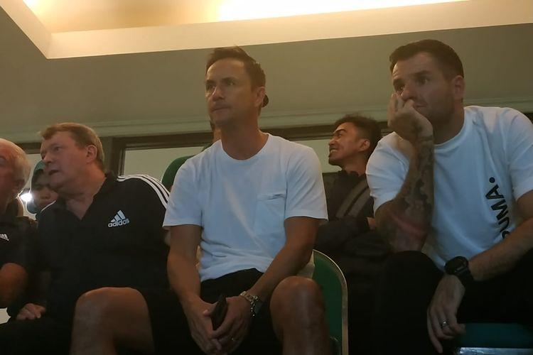 Mantan pemain Chelsea dan pelatih Garuda Select, Dennis Wise (tengah), menyaksikan laga Liga 1 2019 Persebaya Vs Persib, di Stadion Gelora Bung Tomo, Surabaya, Jawa Timur, Jumat (5/7/2019).