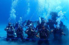 Polda Maluku Gelar Upacara Kenaikan Pangkat 5 Perwira di Bawah Laut