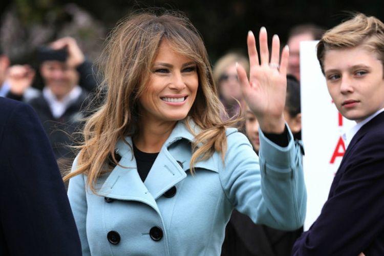Melania Trump dengan balutan mantel biru muda saat menghadiri acara the White House Easter Egg Roll.