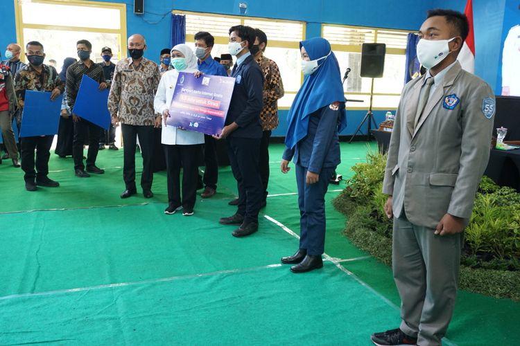 Gubernur Jawa Timur, Khofifah Indar Parawansa menyerahkan secara simbolis kartu perdana internet XL gratis kepada siswa sekolah di SMAN 2 Mejayan, Kabupaten Madiun, Jumat (18/9/2020) siang.