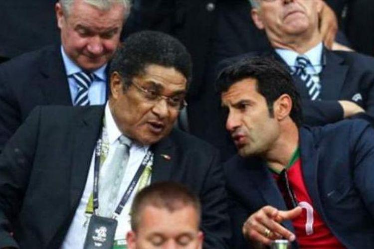 Pemain legendaris Portugal, Eusebio (kiri) dan Luis Figo.
