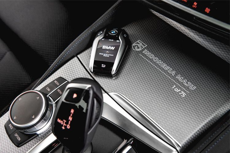 BMW 520i M Sport Edition 75 dengan logo khusus Indonesia Maju