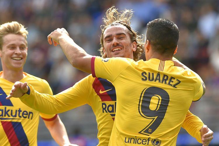 Penyerang Barcelona Antoine Griezmann (tengah) merayakan gol dengan Luis Suarez dan pemain tengah Frenkie De Jong dalam pertandingan laga Eibar vs Barcelona di Stadion Ipurua di Eibar pada 19 Oktober 2019.