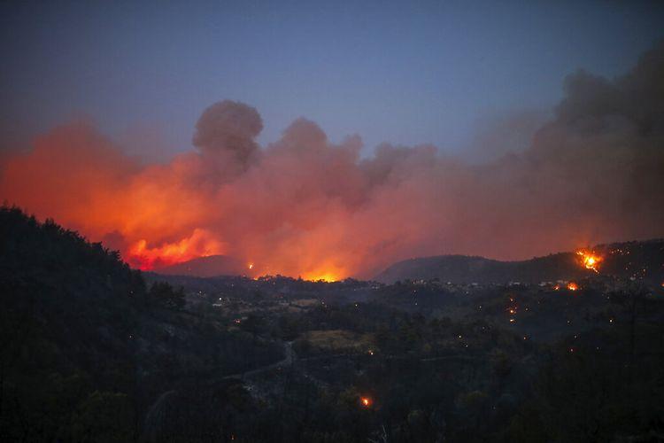 Los incendios forestales iluminan el cielo nocturno y terminan el lunes 1 de agosto de 2021 en el pueblo de Kokertme en Mugla, Bodrum, Turquía.