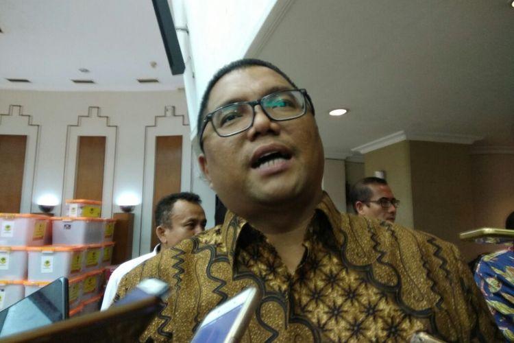 Anggota Badan Pengawas Pemilu (Bawaslu) RI Fritz Edward Siregar memantau penyerahan kembali dokumen pendaftaran sejumlah partai politik di Komisi Pemilihan Umum (KPU) RI, Jakarta, Senin (20/11/2017).