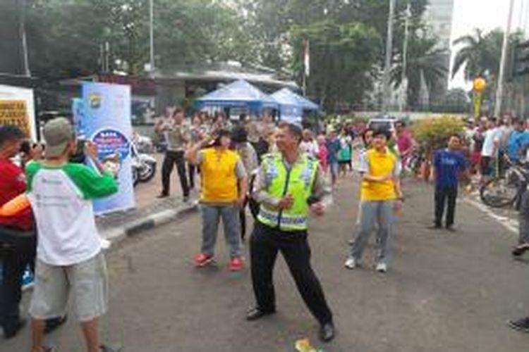 Para anggota kepolisian dari Satuan Lalu Lintas saat bergoyang oplosan saat kampanye keselamatan berlalu lintas, di kawasan Bundaran HI, Minggu (7/9/2014)