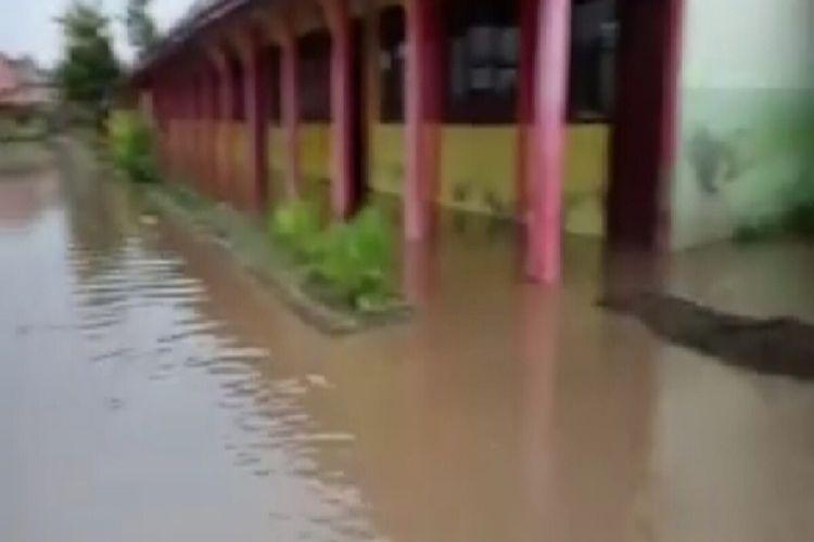 Puluhan rumah warga dan gedung sekolah di Kabupaten Bima terendam banjir luapan sungai menyusul hujan deras pada Rabu (06/01/2021) siang