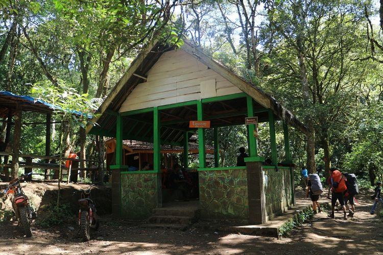 Sejumlah pendaki melintasi shelter pendakian Pos Cigowong Gunung Ciremai via jalur Palutungan, Kuningan, Jawa Barat, akhir Juli 2018.