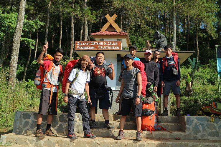 Pendaki berfoto di pintu rimba Gunung Ciremai dari Base Camp Palutungan di Desa Cisantana, Kecamatan Cigugur, Kabupaten Kuningan, Jawa Barat. Gunung Ciremai merupakan gunung tertinggi di Jawa Barat yang memiliki ketinggian 3.078 meter di atas permukaan laut (mdpl).
