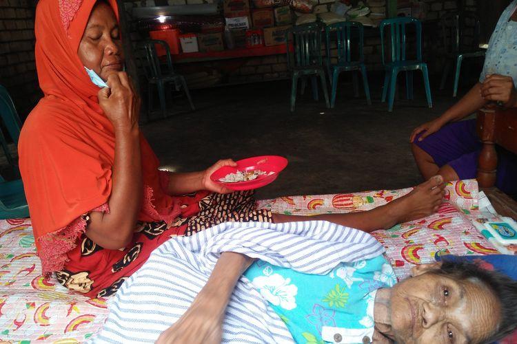 Nenek Muntiah (kanan) usai diberi makanan oleh Islama di tempat tinggalnya, Rabu (27/1/2021).