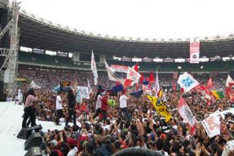 Sejumlah musisi saat tampil dalam acara konser Salam 2 Jari, di Stadion Gelora Bung Karno, Sabtu (5/7/2014)