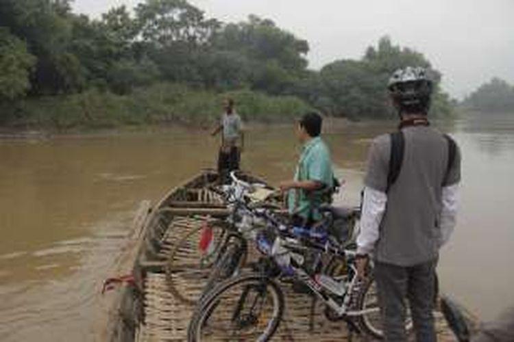 Warga menyeberang Sungai Bengawan Solo menggunakan perahu kayu dari Kelurahan Sangkrahan, Kecamatan Pasar Kliwon, Kota Surakarta, Jawa Tengah, Kamis (21/7/2016). Menyeberangi Sungai Bengawan Solo adalah salah satu aktivitas yang ditawarkan dalam paket wisata Accor Solo Royal Heritage Cycling.