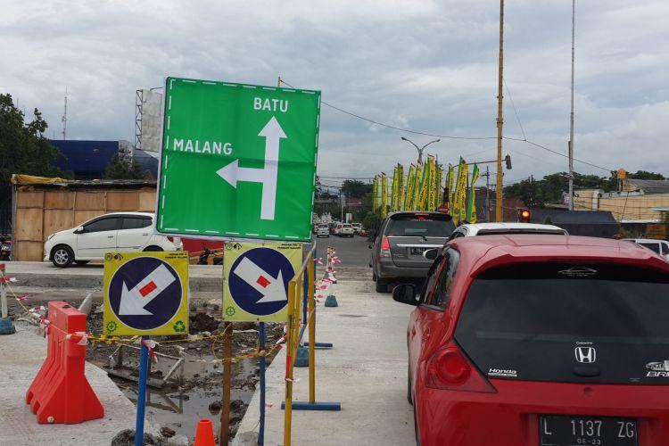 Antrian kendaraan di pintu keluar Tol fungsional Pandaan - Malang, Senin (24/12/2018)