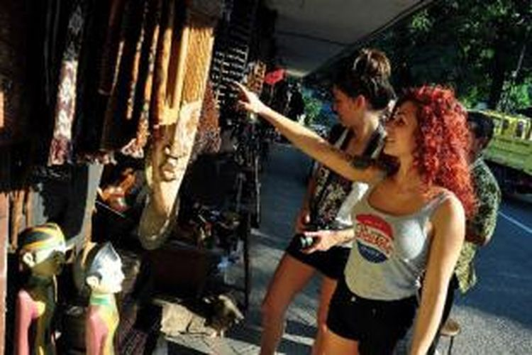 Wisatawan asing sedang asik melihat barang antik yang didagangkan di Jalan Surabaya, Jakarta Pusat, Jumat (8/2/2013). Pada tahun 2013 ini, pemerintah menargetkan sebanyak sembilan juta wisatawan asing berkunjung ke Indonesia.