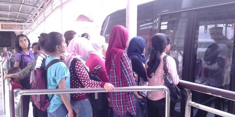 Para penumpang bus transjakarta di halte Blok M, Jakarta Selatan, Jumat (29/8/2014).
