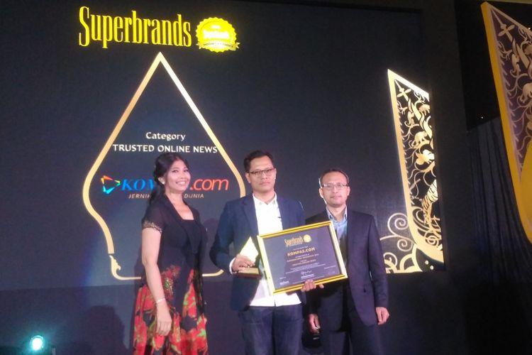 Pemimpin Redaksi Kompas.com, Wisnu Nugroho menerima penghargaan Superbrands Indonesias Choice di Jakarta, Jumat (27/7/2018).