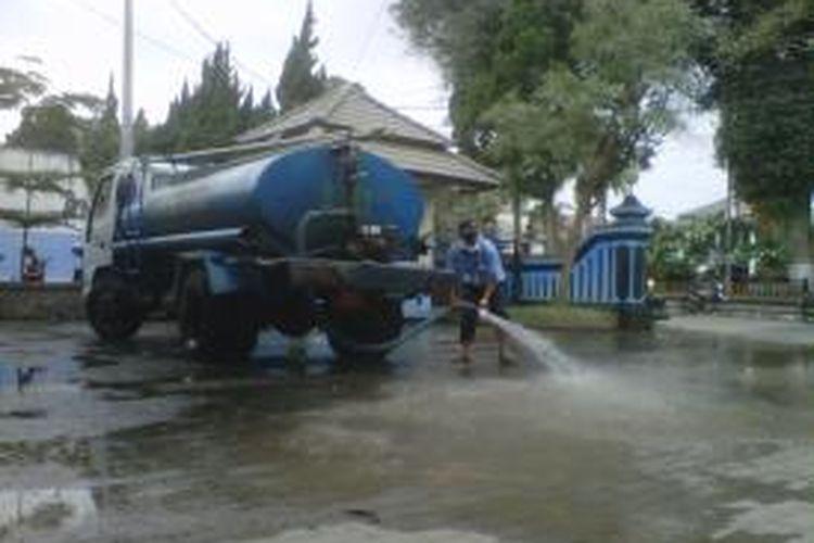 Tangki air milik PDAM Salatiga membersihkan debu vulkanik disejumlah fasilitas umum dan perkantoran milik pemerintah, Sabtu (15/2/2014) siang.