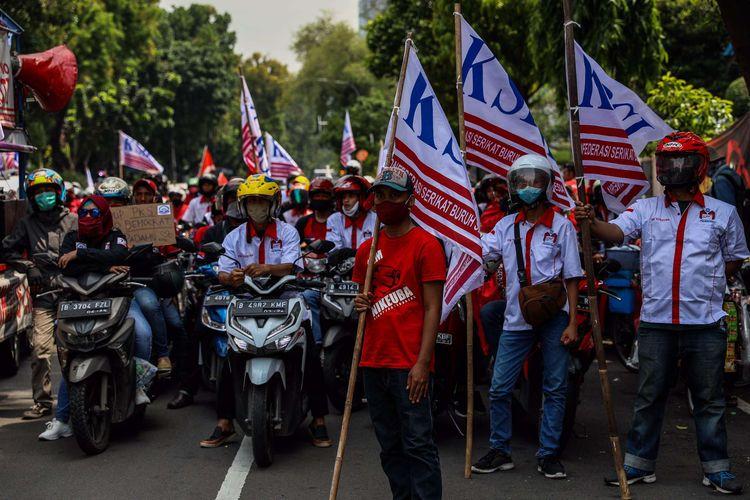 Massa dari Konfederasi Serikat Buruh Seluruh Indonesia (KSBSI) menggelar aksi unjuk rasa menolak pengesahan omnibus law Undang-Undang Cipta Kerja di jalan Medan Merdeka Barat tepatnya depan Gedung Sapta Pesona mengarah ke Istana Negara, Jakarta Pusat, Senin (12/10/2020). Mereka menuntut pengesahan UU Cipta Kerja itu yang tidak mengakomodir usulan dari mitra perusahaan, Undang-undang Cipta Kerja klaster Ketenagakerjaan sangat mendegradasi hak-hak dasar buruh serta mendesak soal kontrak kerja tanpa batas, outsourcing diperluas tanpa batas jenis usaha, upah dan pengupahan diturunkan dan besaran pesangon diturunkan.