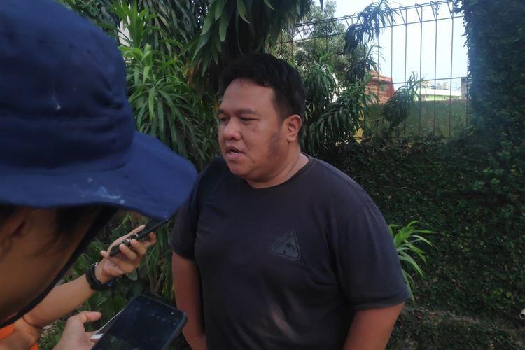Aktivis sekaligus jurnalis senior, Dandhy Dwi Laksono di sekitar kediamannya di Jatiwaringin, Jumat (27/9/2019).