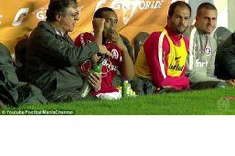 Pemain Internacional, Anderson (2 dari kiri), harus memakai masker oksigen ketika bermain di La Paz, Bolivia.