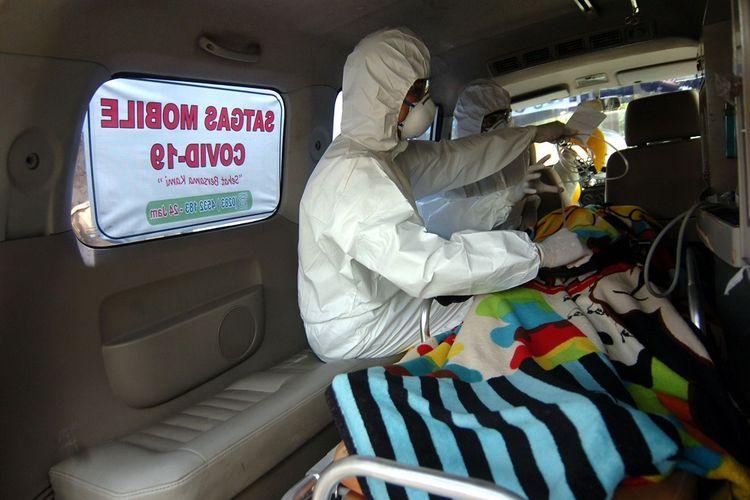 Personel Satgas Mobile COVID-19 membawa pasien terjangkit virus Corona (COVID-19) saat simulasi penanganan pasien terjangkit Covid-19 di Desa Suradadi, Kabupaten Tegal, Jawa Tengah, Senin (9/3/2020). RSUD Suradadi satu-satunya rumah sakit yang membentuk satgas mobile di Indonesia yang bertujuan untuk menjemput bola warga terutama anak buah kapal (ABK) yang terjangkit COVID-19 usai melaut ke sejumlah negara dan meningkatkan kesiapan tenaga serta sarana medis dalam menangani dan merawat pasien terjangkit. ANTARA FOTO/Oky Lukmansyah/wsj.