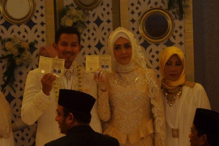 Fairuz A Rafiq dan Sonny Septian melangsungkan akad nikah di JS Luwansa, Kuningan, Jakarta Selatan, Minggu (21/5/2017).