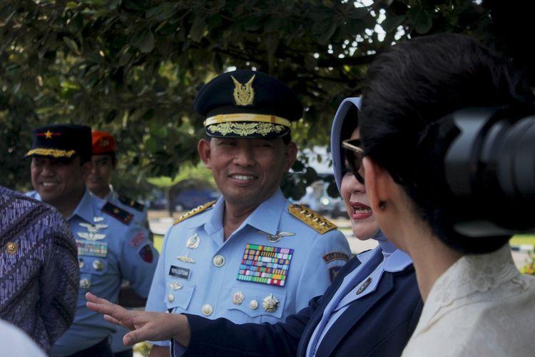 Kepala Staf TNI AU, Marsekal TNI Yuyu Sutisna berdiskusi dengan Wanda Hamida salah satu pemain dalam film Srigala Langit. Ingin film yang dibuat sesuai dengan realita, Yuyu Sutisna terjun langsung bermain di Film Srigala Langit.