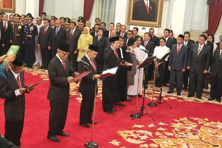 Presiden Joko Widodo melantik Anggota Dewan Pengawas Komisi Pemberantasan Korupsi 2019-2023. Pelantikan berlangsung di Istana Negara, Jakarta, Jumat (20/12/2019).