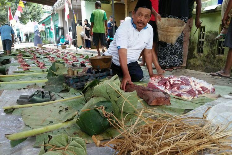 Warga Dusun Kauman, Desa Salaman, Kecamatan Salaman, Kabupaten Magelang, Jawa Tengah, menggunakan daun jati untuk membungkus daging kurban pada hari raya Idul Adha 1438H, Jumat (1/9/2017).