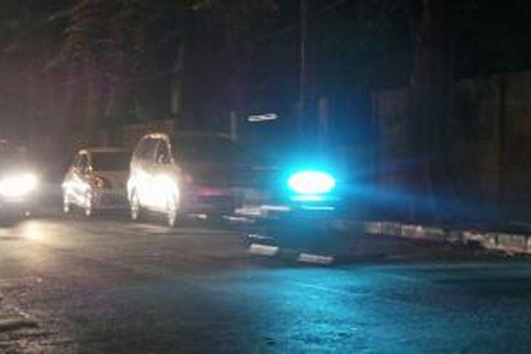 Kondisi malam jalan Kelapa Nias Raya arah apartemen Grand Emerald dan Rusunami Gading Nias di Kelapa Gading yang kerap dijadikan area perkir liar penghuni rusunami. Jumat (5/9/2014).