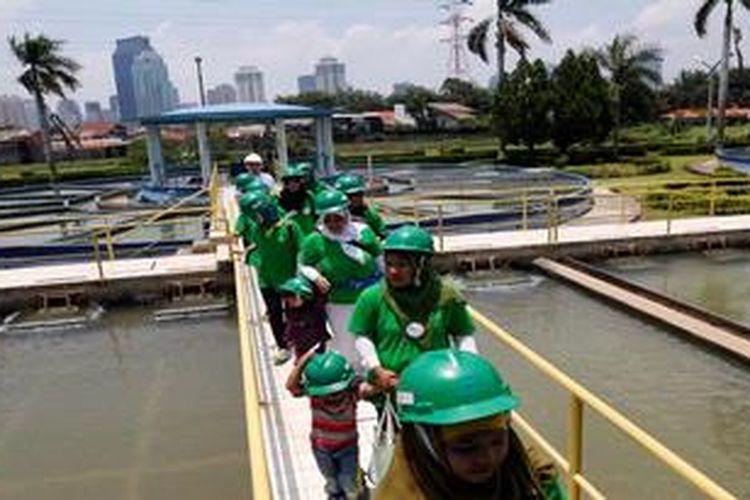 Para ibu dan anak binaan Komunitas Ciliwung Bersih melihat proses pengolahan air bersih di instalasi pengolahan air bersih Ipal Pejompongan 1, Jakarta, Kamis (21/3/2013). Kunjungan tersebut adalah bagian dari kegiatan Palyja untuk menyambut peringatan Hari Air.