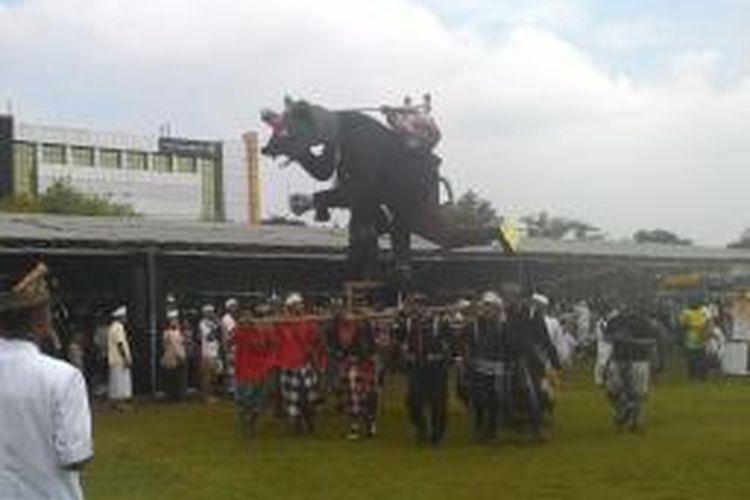 Patung Ogoh-ogoh diarak mengelilingi monumen Tugu Pahlawan Surabaya.