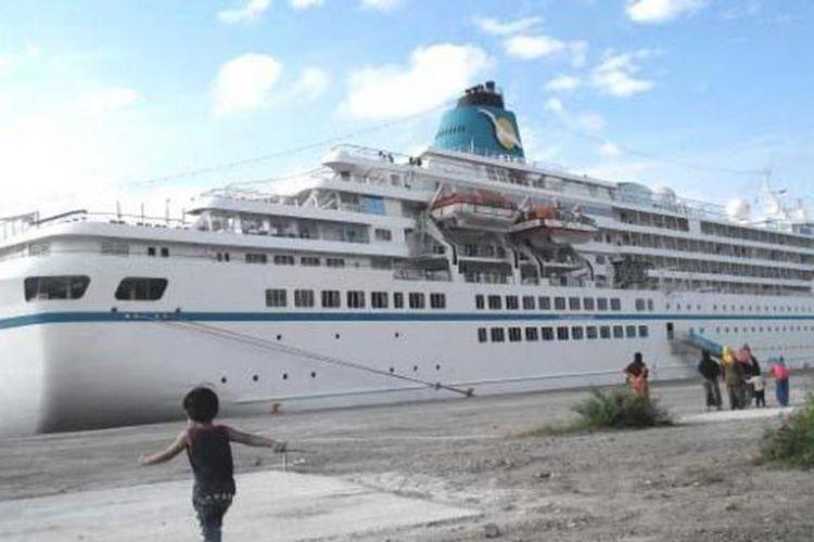 Warga mengamati kapal pesiar MV Amadea yang bersandar di Pelabuhan Cargo Badan Pengusahaan Kawasan Sabang (BPKS), Rabu (21/1/2015). Kapal yang bertolak dari Kolombo, Sri Lanka itu membawa 483 penumpang dan 350 kru.
