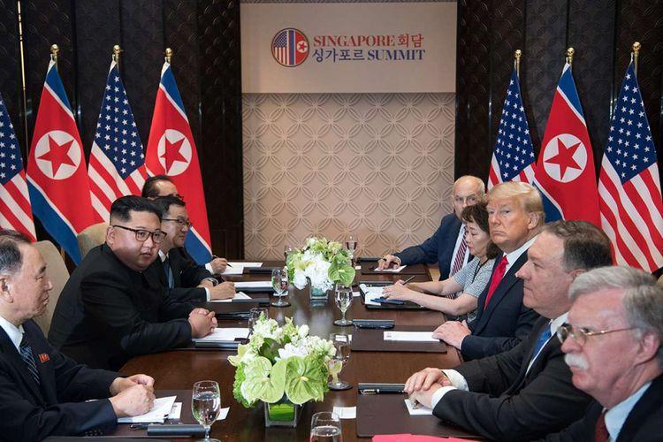 Pemimpin Korea Utara Kim Jong Un saat melakukan pertemuan bilateral dengan Presiden AS Donald Trump didampingi delegasi kedua negara, di Hotel Capella di Pulau Sentosa, Singapura, Selasa (12/6/2018). Pertemuan ini merupakan yang pertama kalinya bagi pemimpin kedua negara dan menjadi momentum negosiasi untuk mengakhiri kebuntuan permasalahan nuklir yang telah terjadi puluhan tahun.