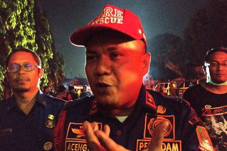 Kepala Dinas Pemadam Kebakaran Kota Bekasi, Aceng Sholahuddin di sela pemadaman kebakaran SMK Yadika 6 Pondok Gede, Senin (18/11/2019).