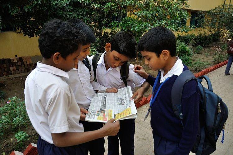 Ilustrasi pelajar membaca berita di koran