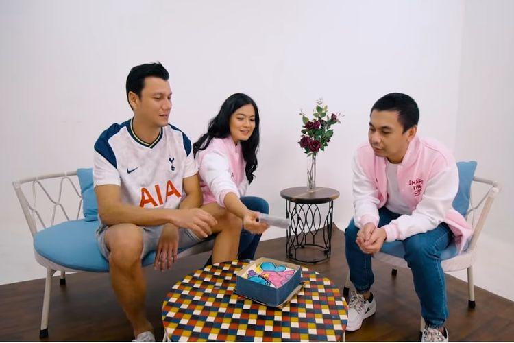 Pasangan Christian Sugiono dan Titi Kamal menunjukkan kaset berisi lagu-lagu kenangan mereka kepada Raditya Dika.