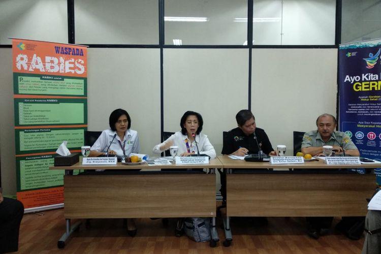 Dua dari kiri, Elizabeth Jane Soepardi dari Kemenkes, Elvius Dailami dari Kemendagri, dan Fadjar Sumping Tjatur Rasa dari Kementan RI memberi penjelasan seputar rabies. Acara temu media diadakan di kantor Kemenkes, Jakarta, Kamis (23/8/2018).