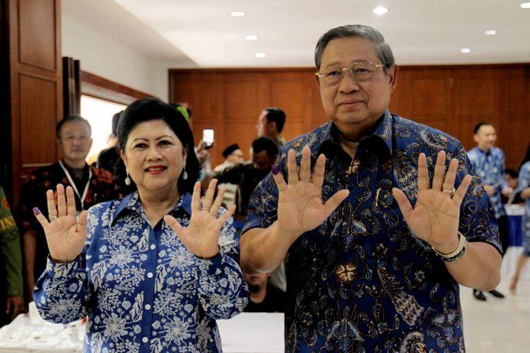 Ketua Umum Partai Demokrat Susilo Bambang Yudhoyono didampingi Ani Yudhoyono (kiri) menunjukkan tanda tinta di jari seusai memberikan suara di TPS 06 Nagrak, Gunung Putri, Kabupaten Bogor, Jawa Barat, Rabu (27/6/2018). Mereka memberikan suara dalam Pilkada Jawa Barat 2018. *** Local Caption ***