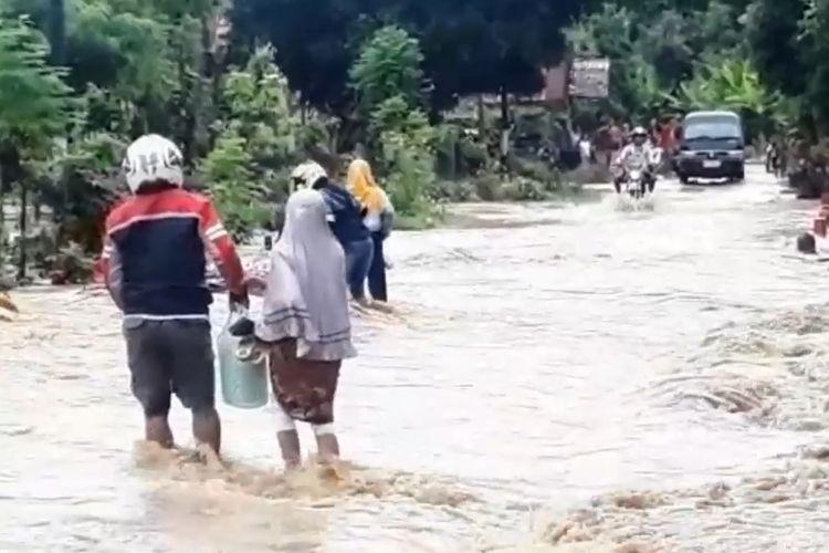 Empat kecamatan di Luwu terendam banjir, pengguna jalan nekat melintasi banjir, Sabtu (08/06/2019)