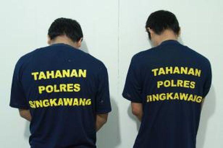 Dua orang tersangka pengedar narkoba, masing masing berinisial FF dan HA saat berada diruang tahanan Polres Singkawang, Kalimantan Barat (11/9/2013)