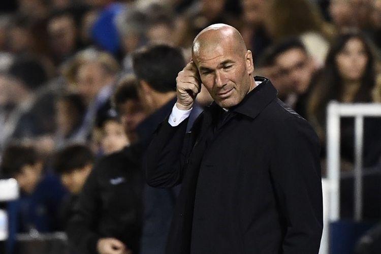 Pelatih Real Madrid, Zinedine Zidane, saat mendampingi timnya dalam laga lanjutan Liga Spanyol melawan Leganes, di Estadio Municipal Butarque, Senin (15/4/2019).