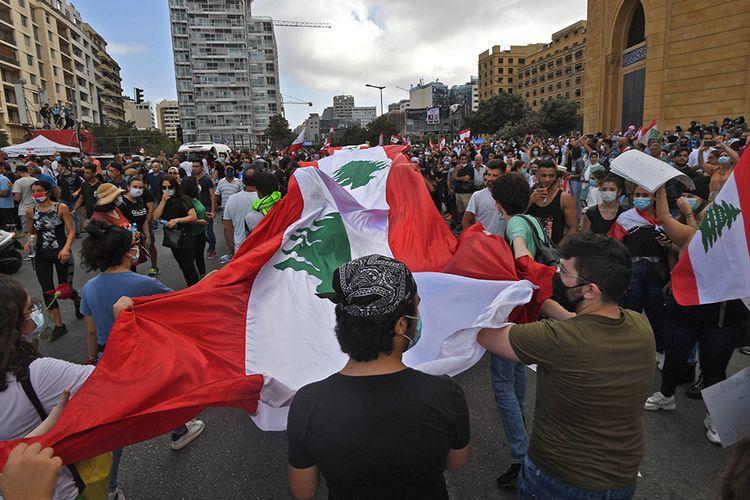 Pengunjuk rasa menggelar demo memprotes ledakan yang terjadi Selasa lalu, di pusat kota Beirut, Lebanon, Sabtu (8/8/2020). Unjuk rasa tersebut merupakan bentuk kemarahan warga kepada pemerintah Lebanon yang dianggap lalai, menyusul ledakan besar di Beirut pada 4 Agustus lalu yang merenggut ratusan korban jiwa.