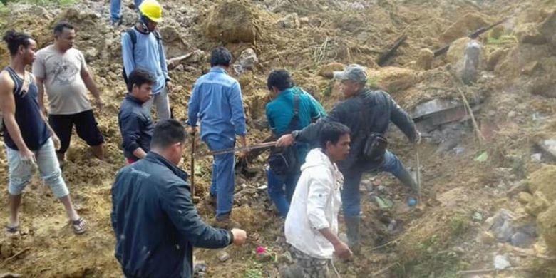 Sejumlah warga mencari korban yang tertimbun longsor di Desa Halado, Kecamatan Pintu Pohan, Kabupaten Toba Samosir, Kamis (13/12/2018).
