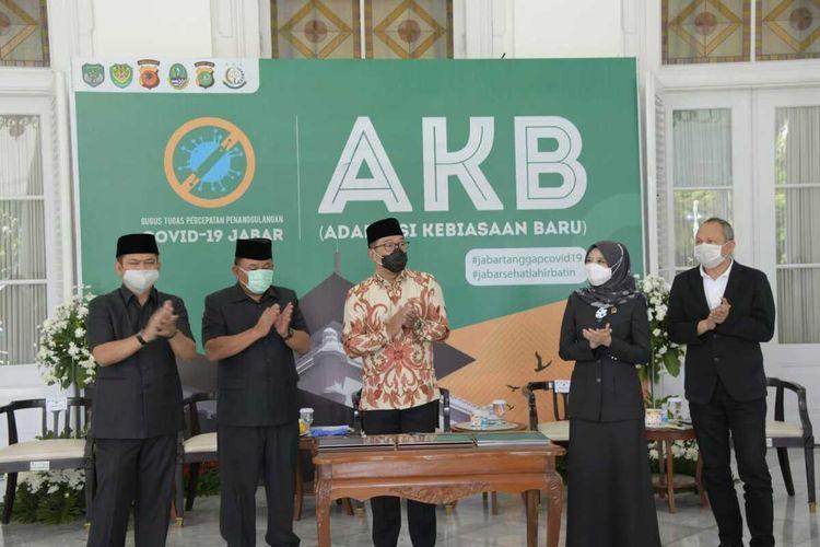 Gubernur Jawa Barat (Jabar) Ridwan Kamil menandatangani Perjanjian Pinjaman Daerah Tahun 2020 antara Pemerintah Daerah (Pemda) Provinsi Jabar dan PT Sarana Multi Infrastruktur (Persero) melalui videoconference dari Gedung Pakuan, Kota Bandung, Kamis (24/9/2020).