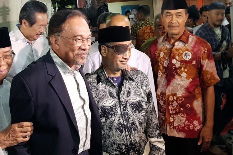 Mantan Wakil Perdana Menteri Malaysia Anwar Ibrahim disambut Thareq Kemal Habibie saat takziah malam ke-28 di kediaman almarhum BJ Habibie, Rabu (9/10/2019).
