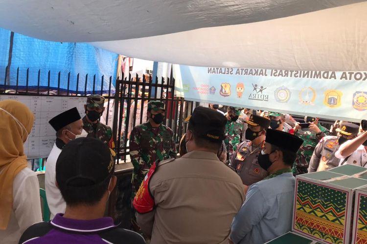 Kapolri Jenderal Listiyo Sigit Prabowo bersama Menteri Kesehatan (Menkes), Budi Gunadi, dan Panglima TNI Marsekal Hadi Tjahjono meninjau sebuah kampung di Jalan Madrasah RT 006 RW 001 Gandaria Selatan, Cilandak, Jakarta Selatan yang sedang di-lockdown pada Selasa (22/6/2021).