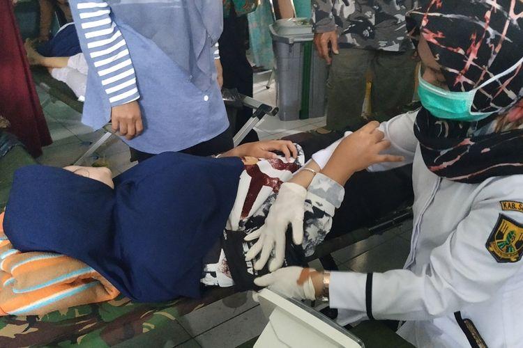Perawat sedang menangani pasien di Puskesmas Bantargadung, Sukabumi,Jawa Barat, Rabu (11/9/2019).